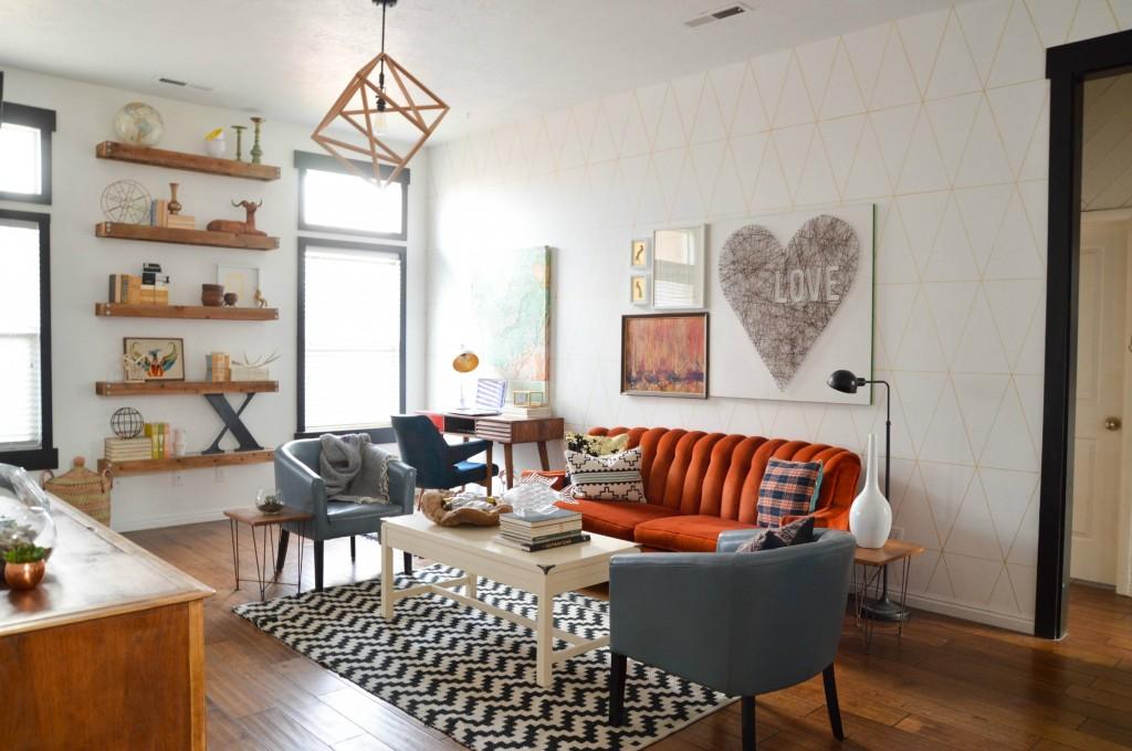 retro-styl-byvania-v-obyvacke-tehtlova-pohovka-sive-kresla-vzorovany-koberec